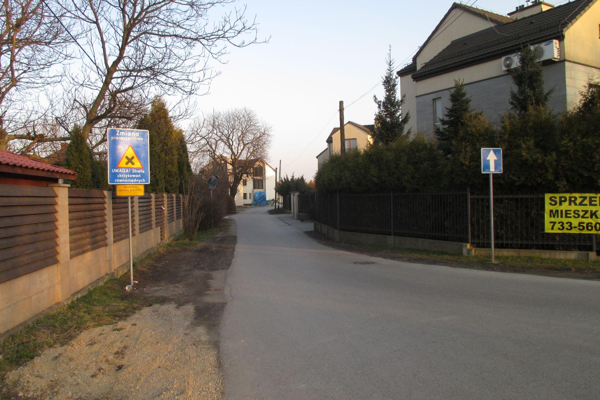 Wjazd na ul. Hamernia - brak kontrapasa (marzec 2015)
