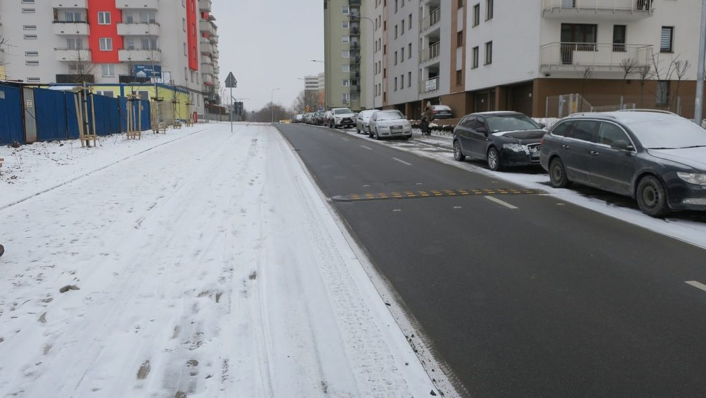 Nieodśnieżona droga dla rowerów wzdłuż ul. Reduta. Kraków.