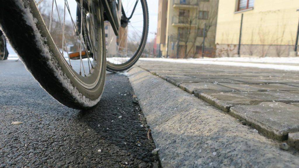 Niebezpieczny skos pomiędzy drogą dla rowerów a chodnikiem wzdłuż ul. Reduta. Kraków.