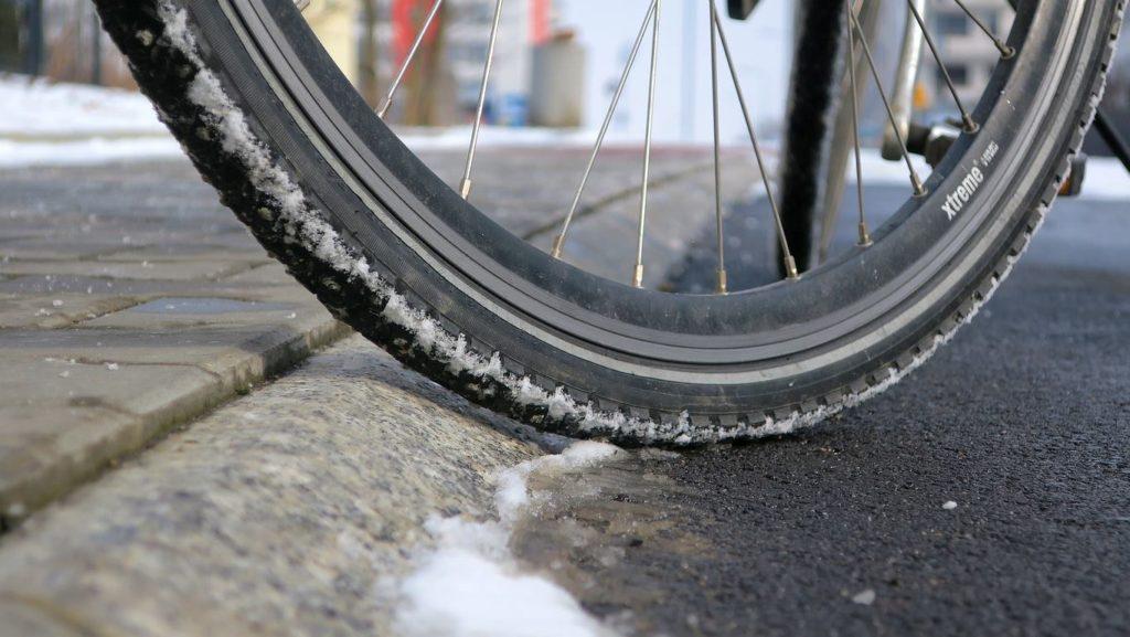Niebezpieczny skos pomiędzy drogą dla rowerów a chodnikiem wzdłuż stromej ul. Reduta. Kraków.